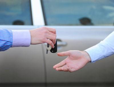 Изображение - Плюсы и минусы покупки и продажи авто по доверенности peredacha_klyuchey_ot_avto_1_05070614-400x307
